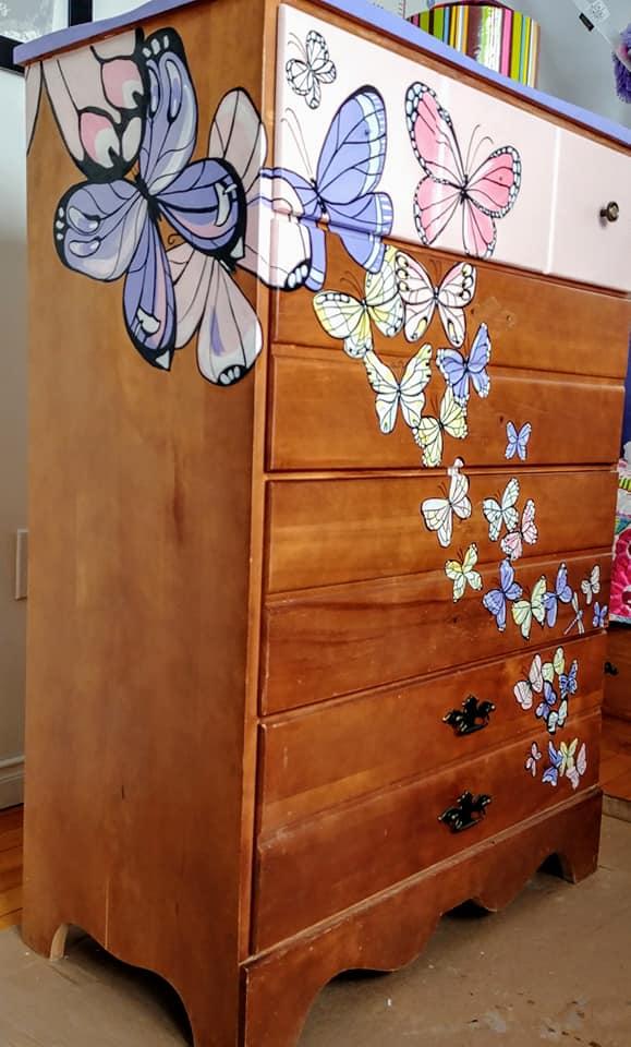 Meuble peint de papillons